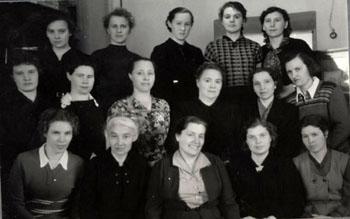 Курсы работников городских районных архивов. 1956 год. Вторая слева Д.С. Цыбыктарова (ГАХК. Ф.Ф-3. Оп. 3. Д. 2)