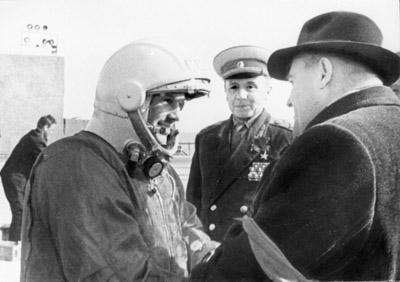 Ю.А. Гагарин с главным конструктором С.П. Королёвым. Байконур. 12 апреля 1961 г. Автор не установлен. РГАНТД. Арх. № 1-2096