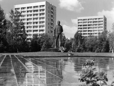 Памятник Ю.А. Гагарину в Звёздном городке. 1985 г. Фото Л. Путятина. РГАНТД. Арх. № 1-3285 цв.