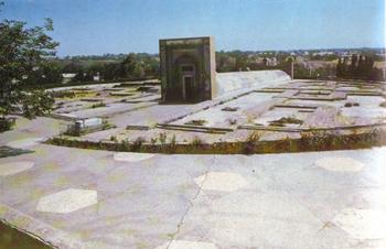 Обсерватория Улугбека. Общий вид. На первом плане могила В.Л. Вяткина